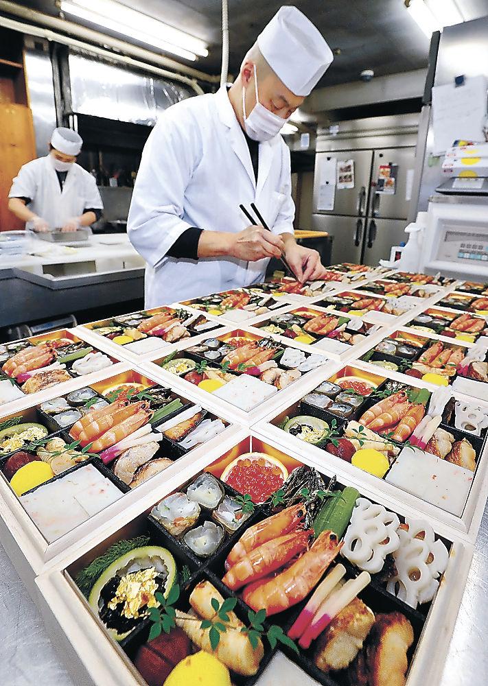 北陸の食が詰まったおせち料理を仕上げる料理人=金沢市内の料理店