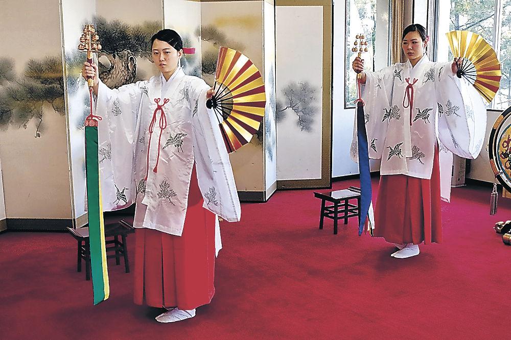 神楽舞の練習に励む巫女=小松市の安宅住吉神社
