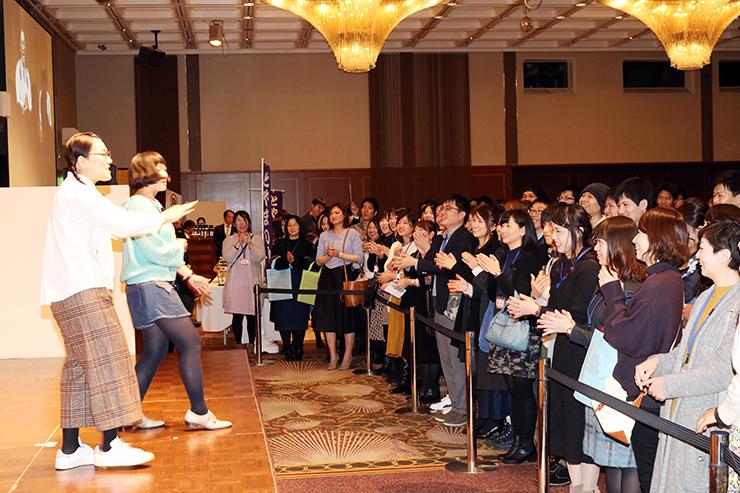 たんぽぽのステージで盛り上がる参加者=富山第一ホテル