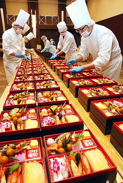 重箱に盛り付けられたおせち料理=オークスカナルパークホテル富山