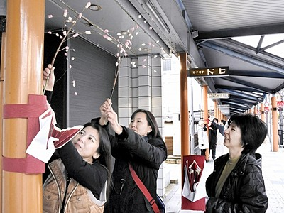 紅白餅で初詣客出迎え 気比神宮門前商店街