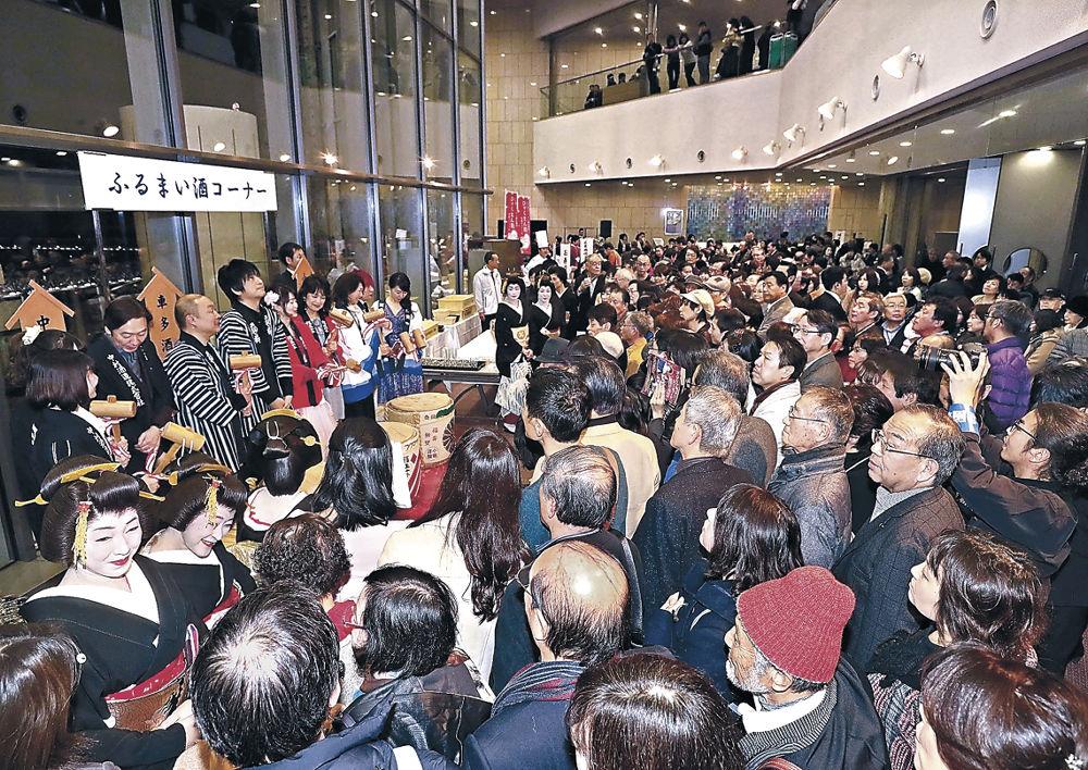 出演者による鏡開きで華やかに年を越す来場者=石川県立音楽堂