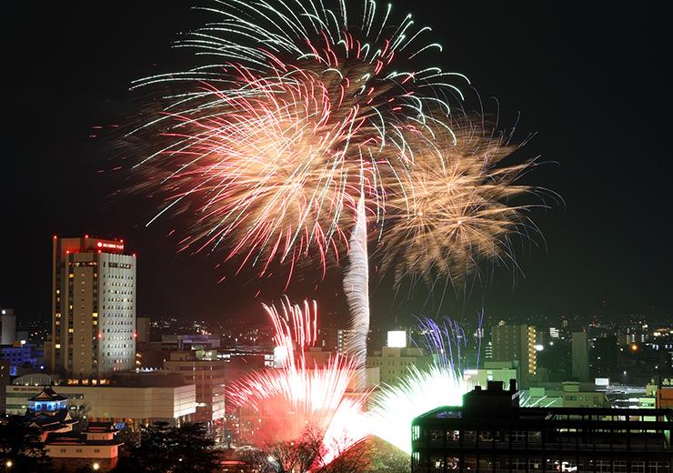 夜空に大輪を描き、新年の幕開けを華やかに彩ったカウントダウン花火=1日午前0時すぎ、北日本新聞社屋上から