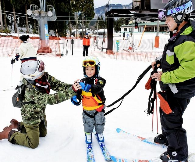 スキーを楽しむ家族連れ=12月31日、福井県池田町の新保ファミリースキー場