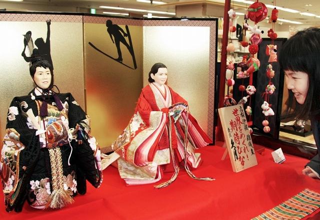高梨沙羅選手と錦織圭選手をモデルにしたひな人形=27日、福井市の西武福井店
