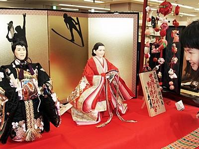 高梨、錦織選手の「期待びな」 西武福井店で展示