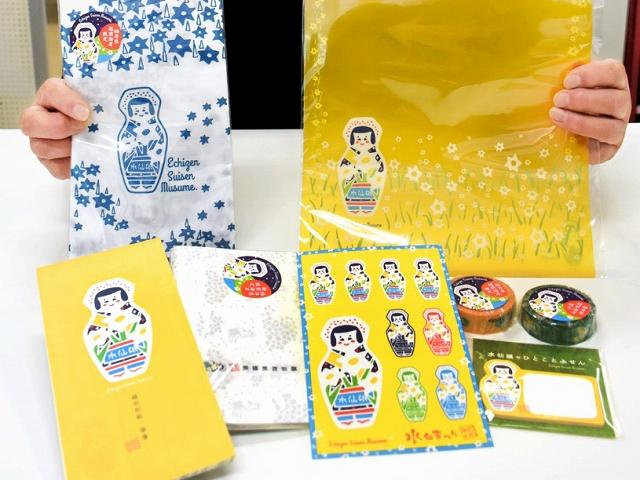 懐紙や手ぬぐいなど多彩な水仙娘グッズ=福井県越前町の道の駅「越前」