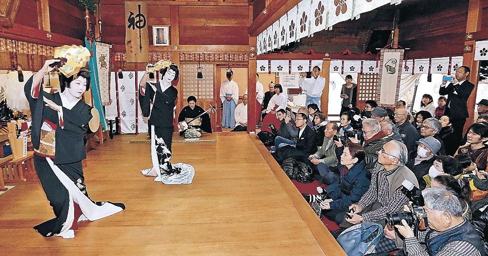 初詣の参拝客に踊りを披露する芸妓衆=金沢市増泉2丁目の春日神社