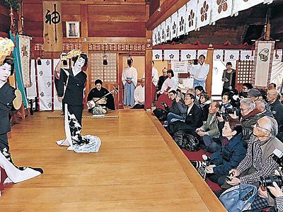 にしの芸妓、優雅に 金沢・春日神社で舞い初め