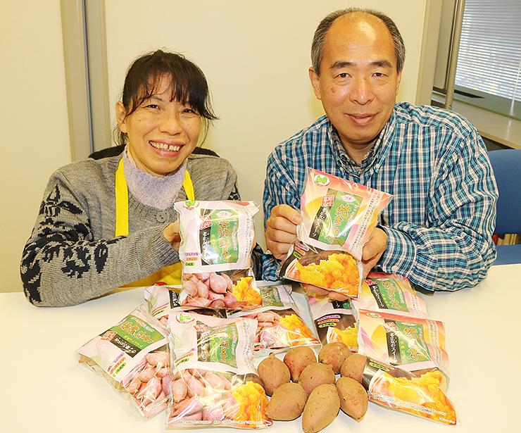 「濃厚な甘みやねっとりとした食感が特長」とPRする浦上施設長(右)と中野さん