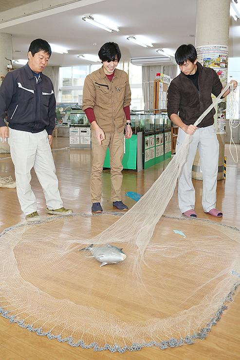 投網教室の開催に向けて、指導の方法を話し合う(左から)西尾代表、川上さん、川本さん=ひみラボ水族館