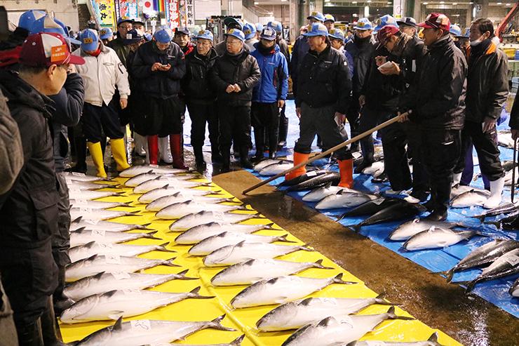 ひみ寒ぶりの初競りで活気づく氷見魚市場=氷見市比美町