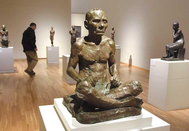 会場には、石井が彫塑講習会で制作した「信濃男坐像」(中央)も並ぶ