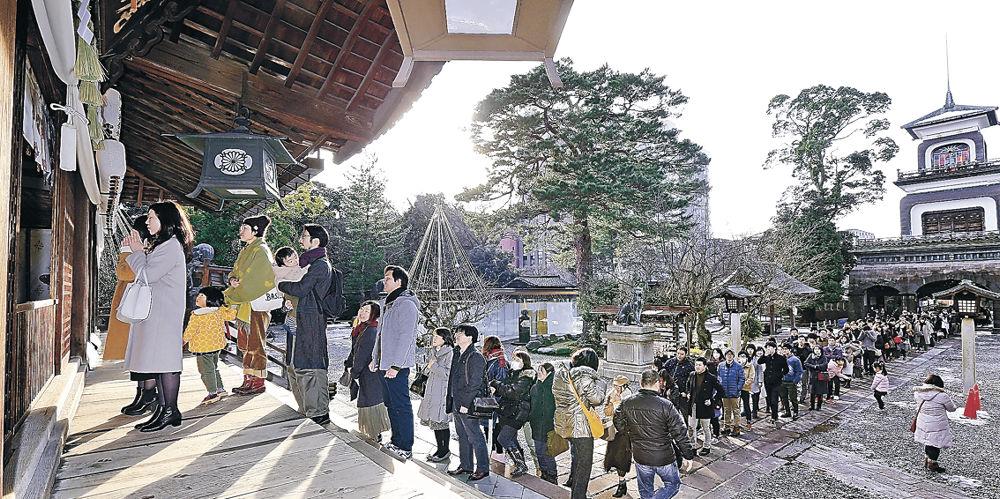 長い列をつくる参拝客=尾山神社