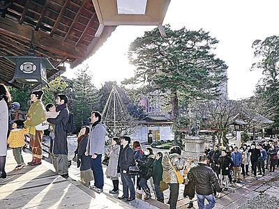 好天に観光客も、参拝続く 金沢・尾山神社