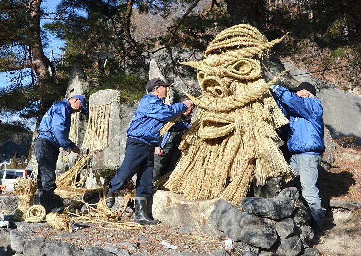 しめ縄を使って「神面」を作っていく芦ノ尻集落の住民たち