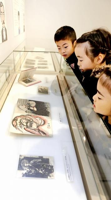 奇術師・松旭斎天一の写真や直筆の絵などが並ぶ特別展=4日、福井市の福井県立こども歴史文化館