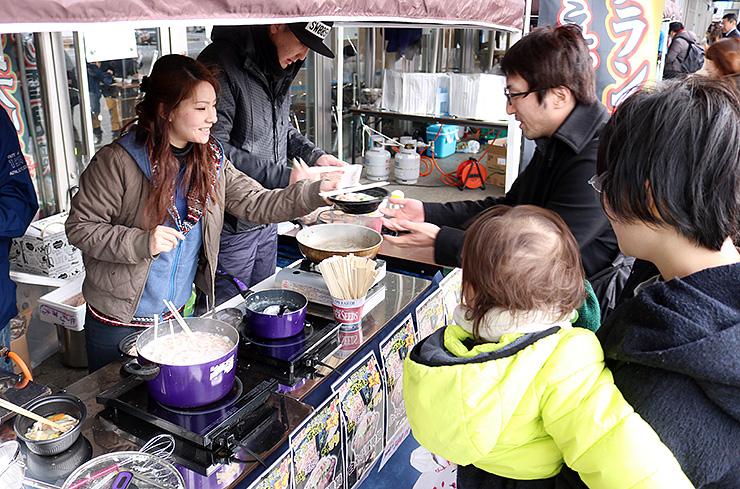 来場者に鍋物を提供する出店者
