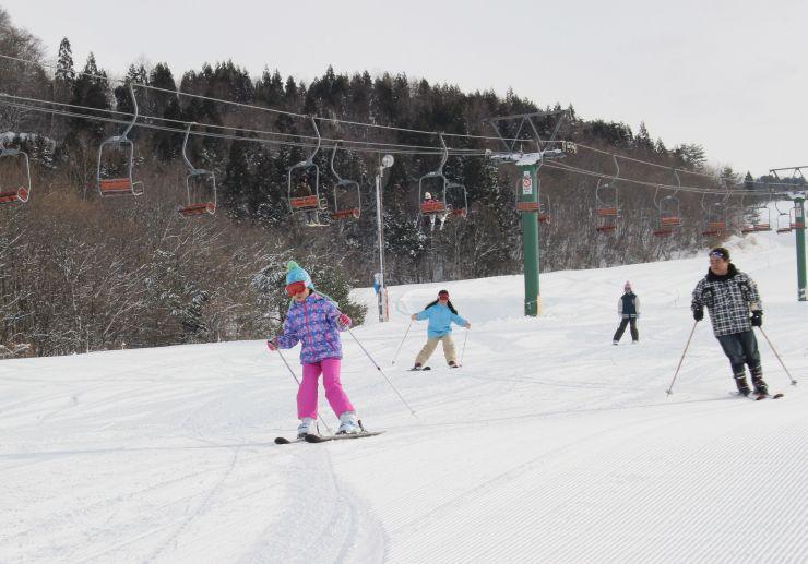 オープンした三川・温泉スキー場でスキーを楽しむ子供たち=5日、阿賀町川口
