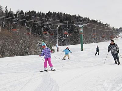 待望のシュプール 三川・温泉スキー場オープン 阿賀