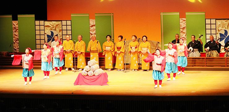 新年を彩る華やかな舞台が披露された「新春民謡の祭典」=県民会館