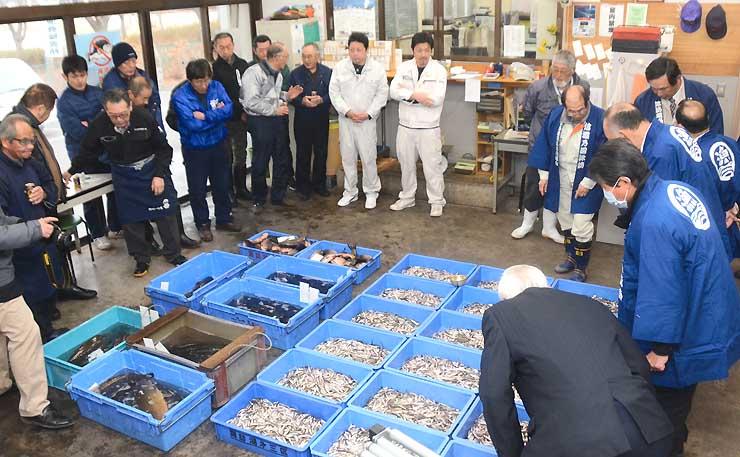 川魚店主や法被姿の漁協組合員でにぎわった初市。右側の箱に入っているのがワカサギ