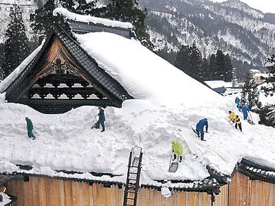古刹の屋根、雪下ろし 白峰の林西寺、今季初めて