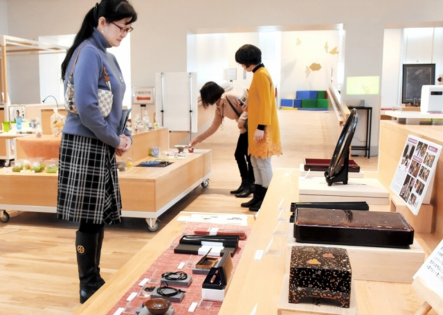 若狭の工芸品を並べた展示会=福井県のサンドーム福井の福井ものづくりキャンパス