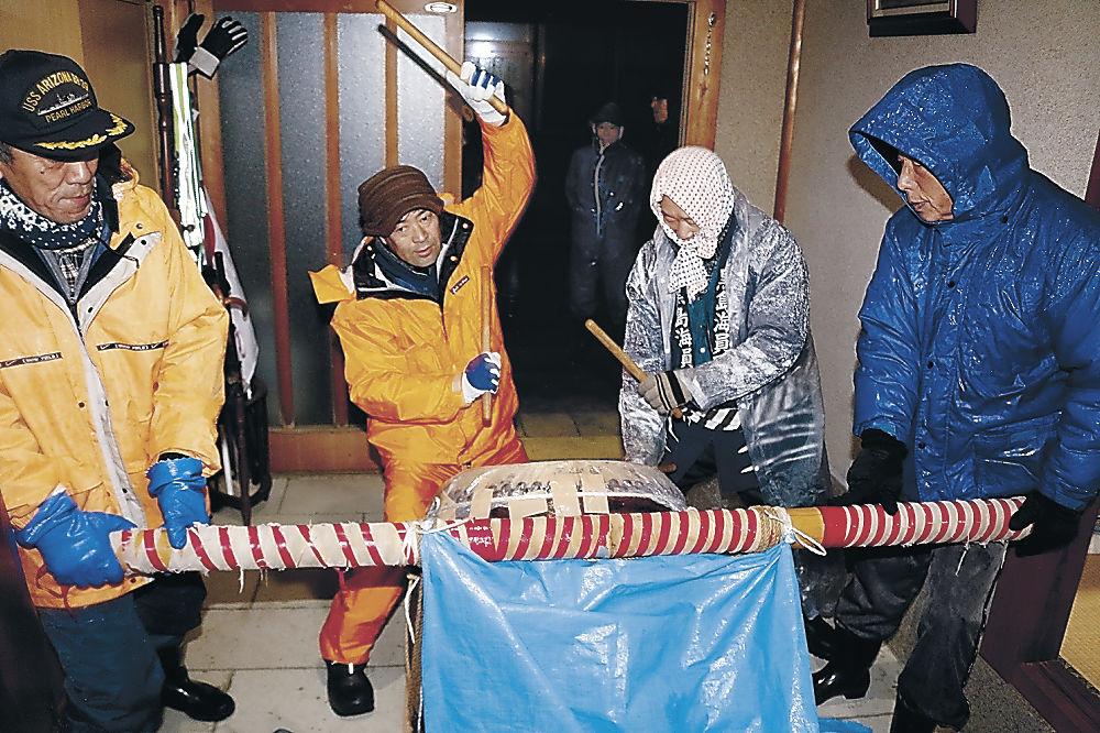 天領太鼓を打ち、海上安全を祈願する団員=輪島市門前町黒島町
