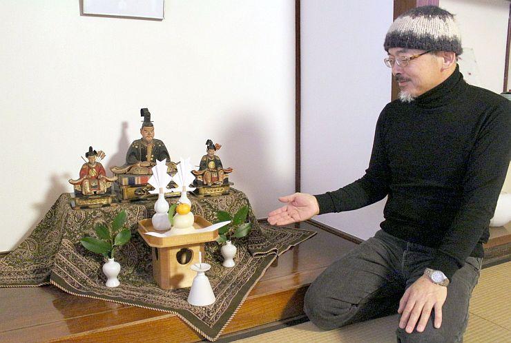 吉田隆介さん宅に飾られている天神さまの座像=柏崎市宮川