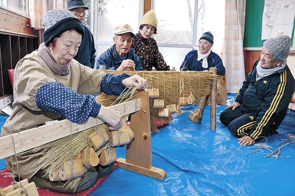アマメハギで身に着ける衣装を制作する住民=能登町秋吉公民館