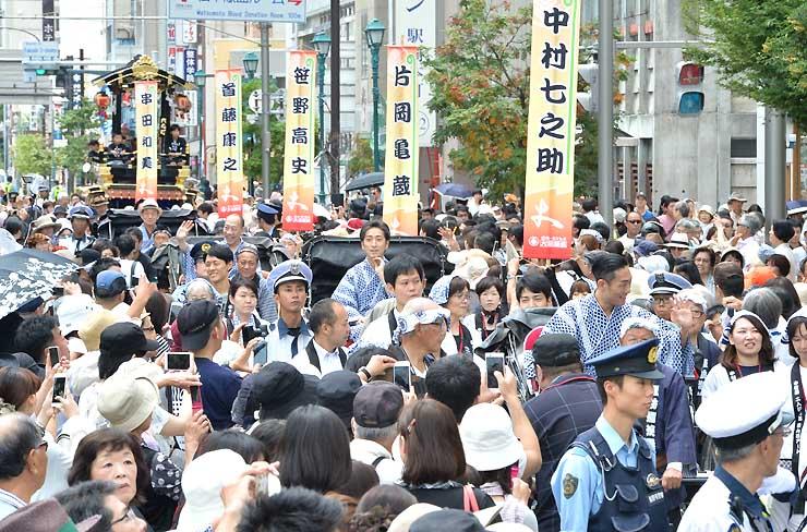松本市の中心市街地が大勢でにぎわった前回の登城行列=2016年7月