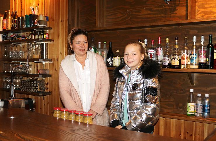 今春に本格的なロシア料理店をオープンするエフゲニヤさん(左)。右は娘のマリヤさん=富山市豊川町