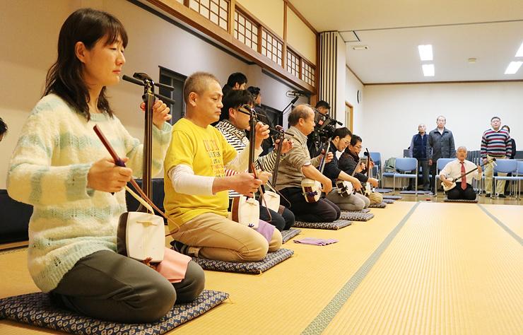 背筋を伸ばし、胡弓を演奏する地方衆=福島第二区公民館