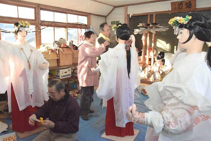 浦安の舞を奉納するみこの人形を作る下町・藤見町保存会の住民たち