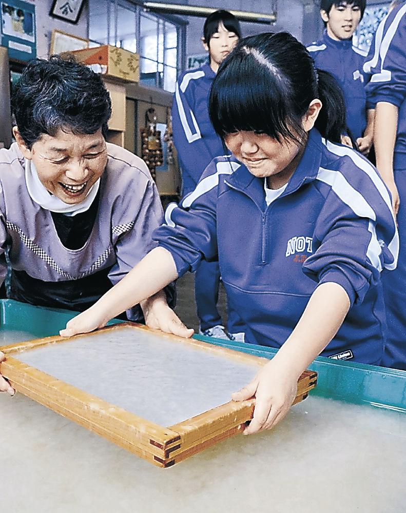 紙すきに取り組む生徒=能登町小間生公民館