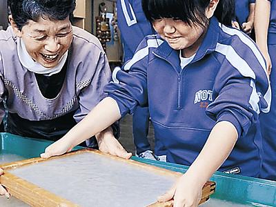 思い出もすき込む 能都中3年、久田和紙で卒業証書