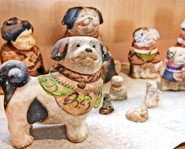 干支にちなみ展示されている犬の土人形。手前左は、旧大野郡の郷土玩具として親しまれた梅屋人形と推定されている=福井県大野市民俗資料館