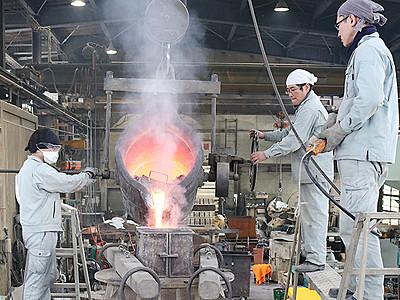 厳かに「初吹き」 高岡の梵鐘製造会社