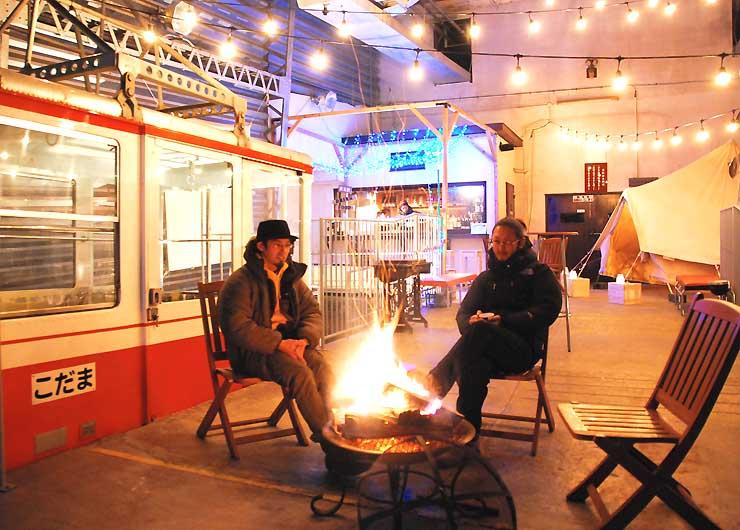 旧ロープウエー発着所を改装したカフェ&バー「ハイランドクラブ」。ゴンドラ(左)内やたき火を囲んでくつろげる