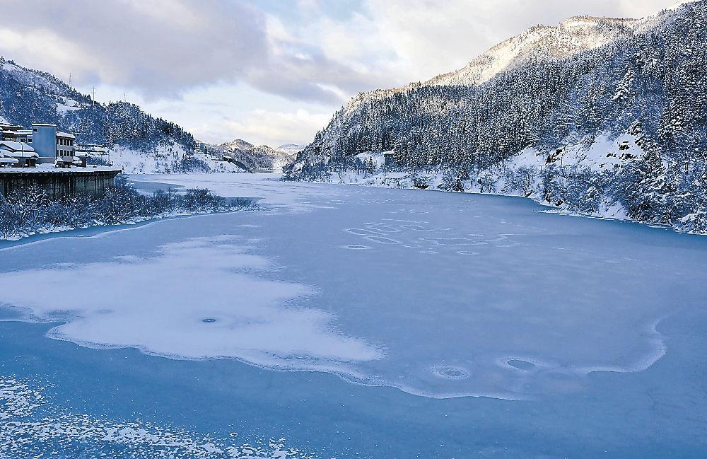 湖面の凍結と降雪によって模様が描き出された手取川ダム=白山市桑島