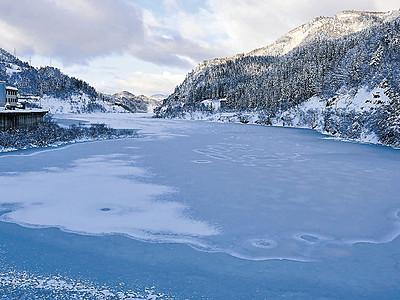 まるで抽象画、凍る湖面 白山の手取川ダム