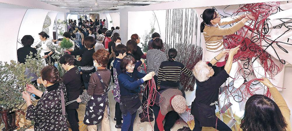 出品者や制作参加者がひしめき合い、熱気に包まれた会場=金沢市のめいてつ・エムザ8階催事場