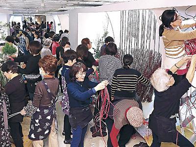 北國花展きょう開幕 めいてつ・エムザ、出品者が生け込みに熱