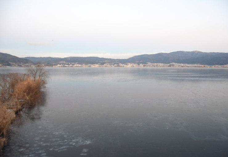 湖面に広く氷が張った諏訪湖=13日午前6時46分、諏訪市