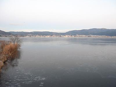 諏訪湖、冷え込み 全面結氷もう少し