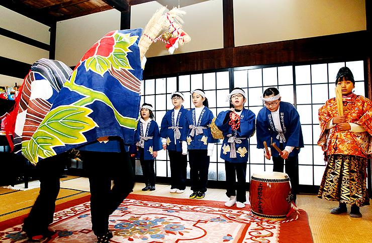 豊作を願い「午の舞」を披露する子どもたち=南砺市利賀村