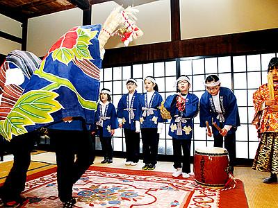 利賀で伝統行事「初午」 集落内外の子11人が披露