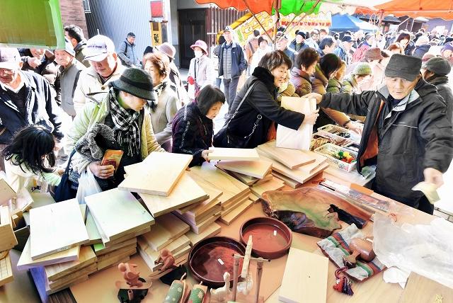 木製のまな板などを買い求める人でにぎわった2017年の「勝山年の市」=2017年1月29日、福井県勝山市本町2丁目