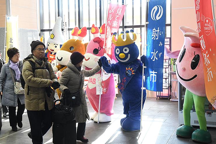 観光客を出迎えるゆるキャラたち=JR新高岡駅